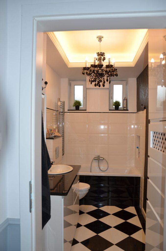 łazienka, biel i czerń