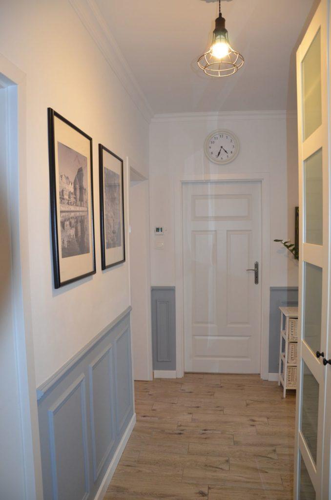 przedpokój czysta forma z angielskimi panelami na ścianie