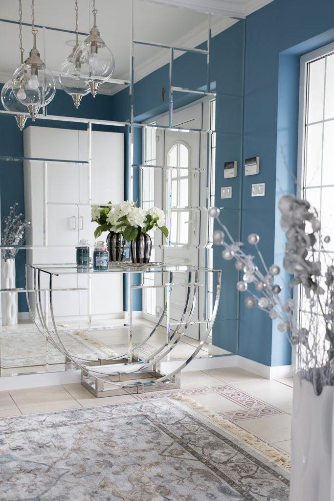 Przedpokój, fazowane lustra i piękne kuliste lampy