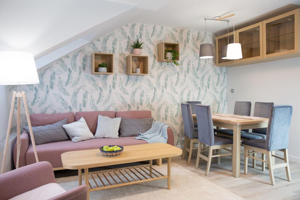 Salon z jadalnią z liśćmi na ścianie